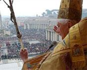 Un'immagine del papa davanti alla folla di pellegrini presente a San Pietro