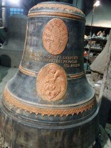 una foto della campana donata dalla Caritas nel 1999