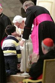 Immagine del papa che accarezza un bambino