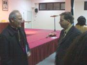 Il Vescovo Scotti a colloquio con uno dei partecipanti